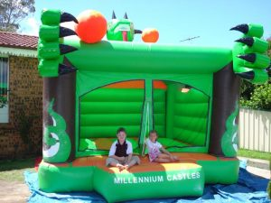 GREEN LIZARD 3.5X4M PLAIN JUMPING CASTLES AGES 1 TO 12